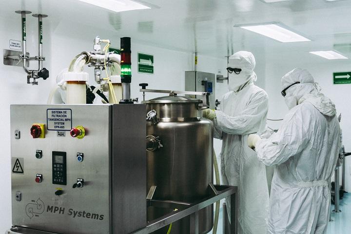 Proceso de purificación de proteínas en el laboratorio Inosan Biopharma.